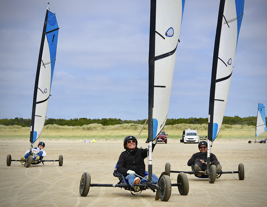 Familie strandsurfing ved Vesterhavet med OurStuff